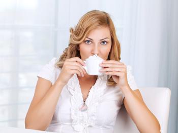 Kaffee mit Sahne schlürfen