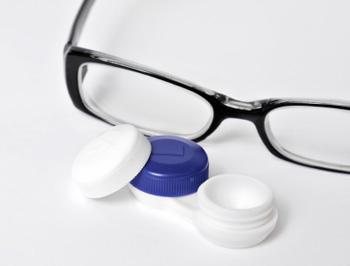 Kontaktlinsen und Brille