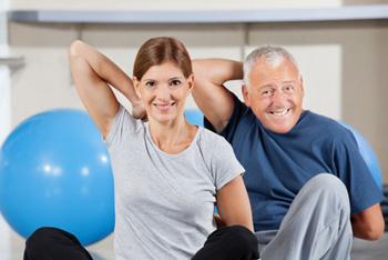 Frau und Rentner beim Rückensport